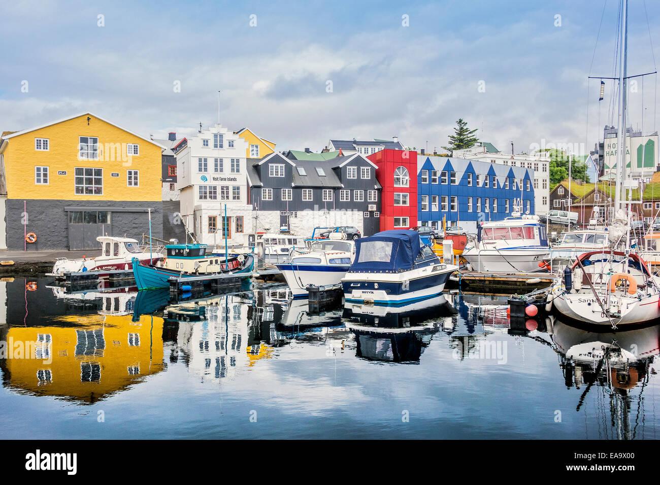 Les réflexions dans le petit port de Torshavn Faroe Islands Photo Stock