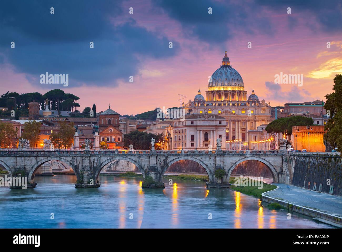 Vue de la cathédrale Saint-Pierre à Rome, Italie au cours de beau coucher du soleil. Photo Stock