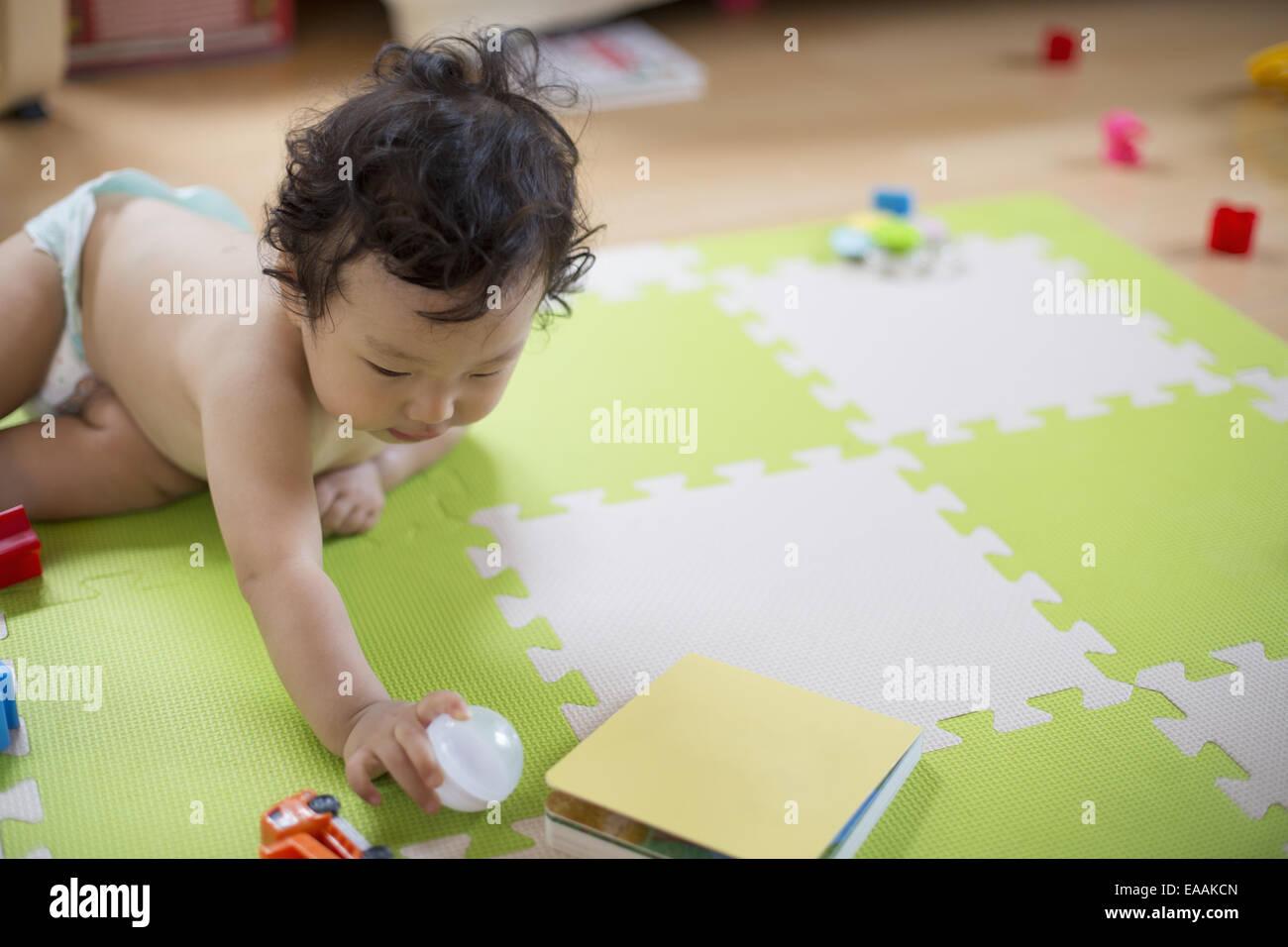 Bébé Garçon jouant à l'intérieur. Banque D'Images