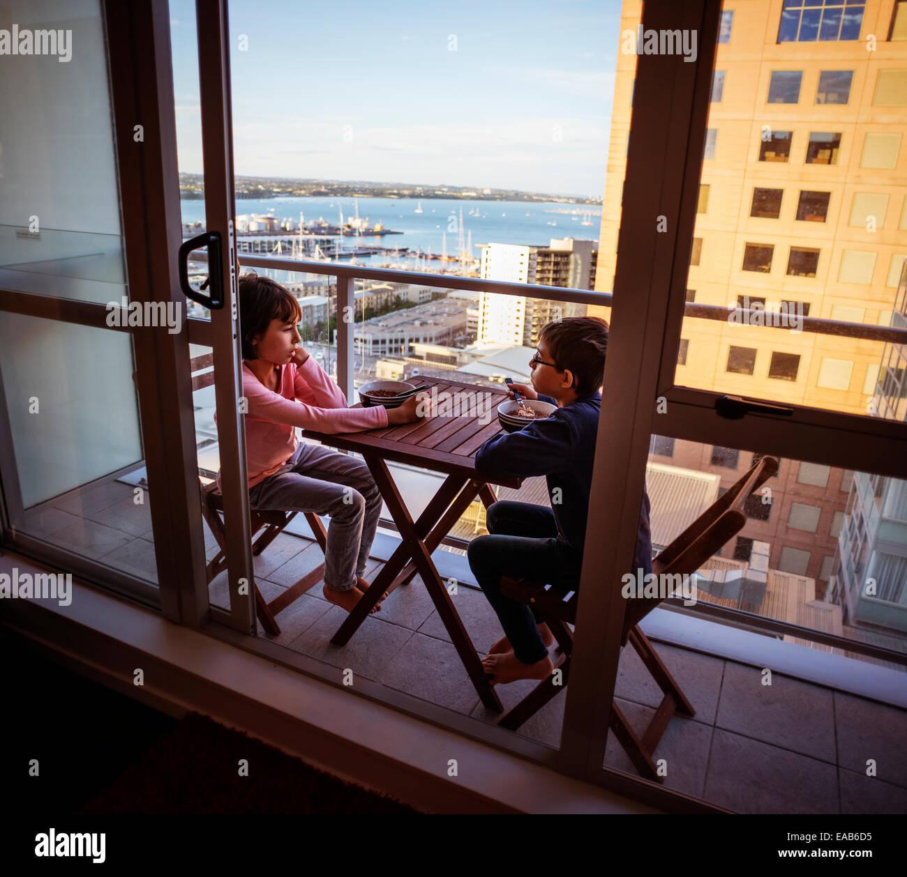 Le petit déjeuner sur petit balcon, Auckland Banque D'Images