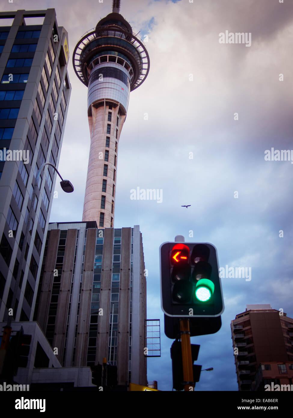 Auckland Sky Tower et feux de circulation Banque D'Images