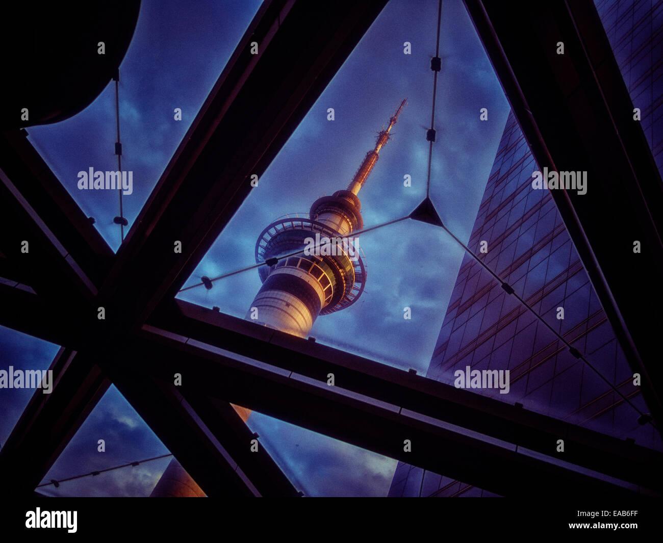 Auckland Skytower vue à travers un toit en verre. Banque D'Images