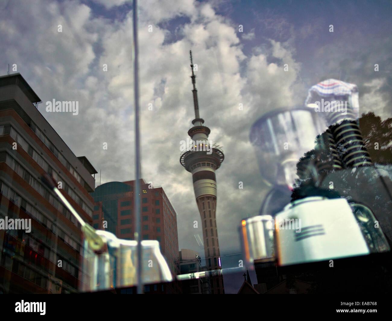 Auckland Skytower reflète dans cafe fenêtre. Banque D'Images