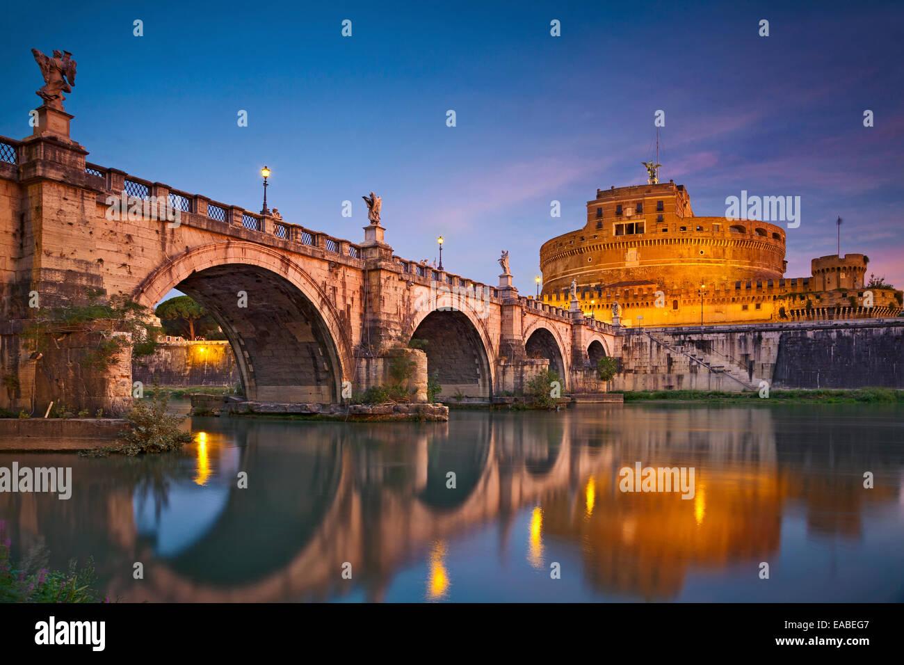 Rome. Image du Château de Saint Ange Saint Ange et pont sur le Tibre à Rome au lever du soleil. Photo Stock