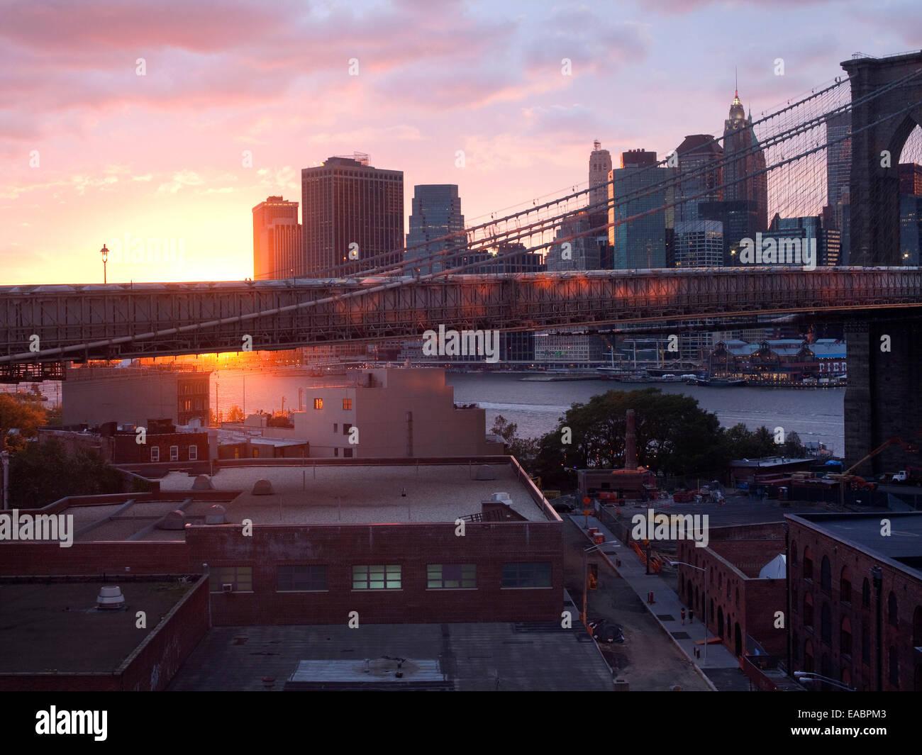 Pont de Brooklyn, East River et le lower Manhattan au coucher du soleil Photo Stock