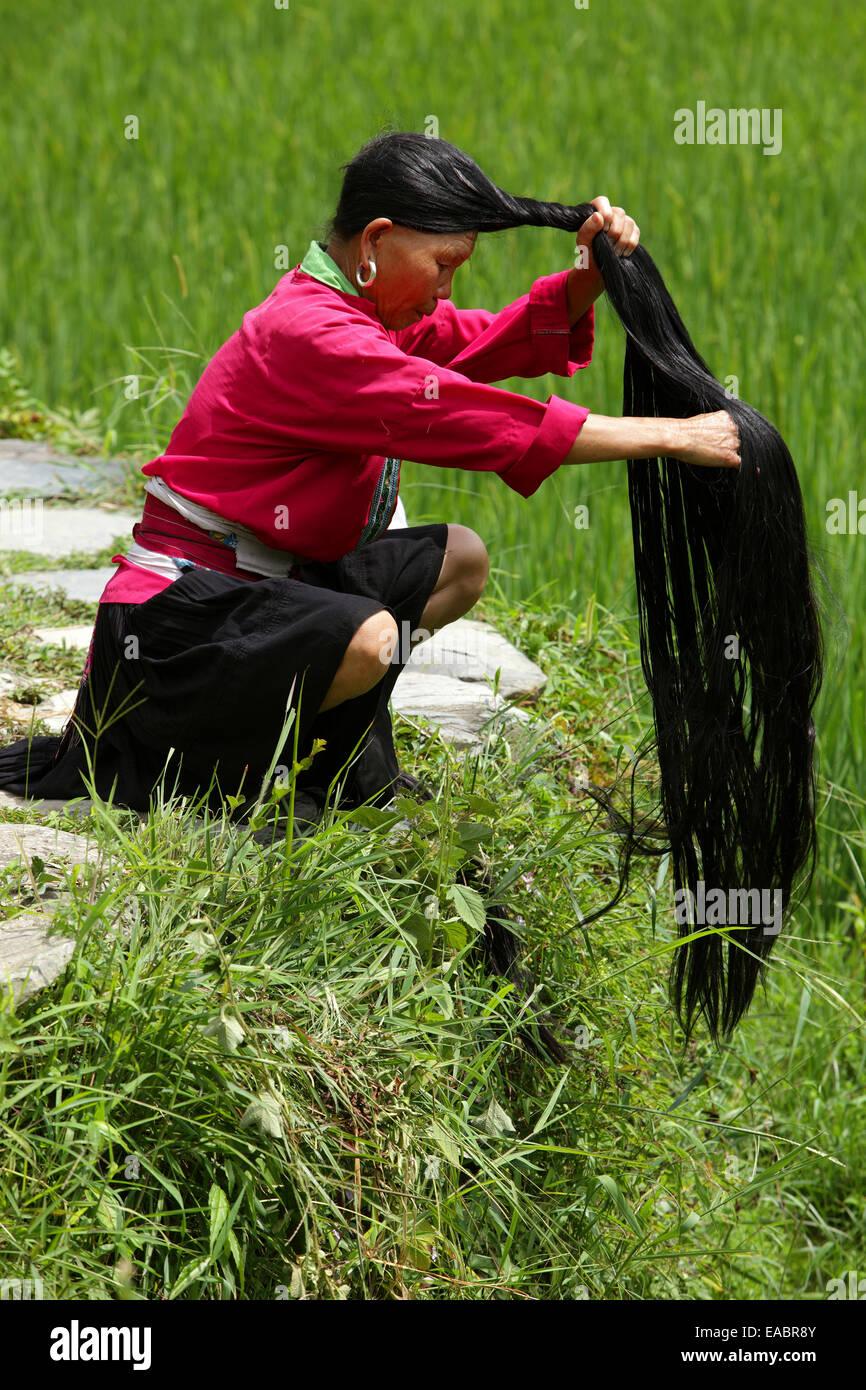 Chine Guangxi Ping'an Yao femme tressant ses longs cheveux Photo Stock