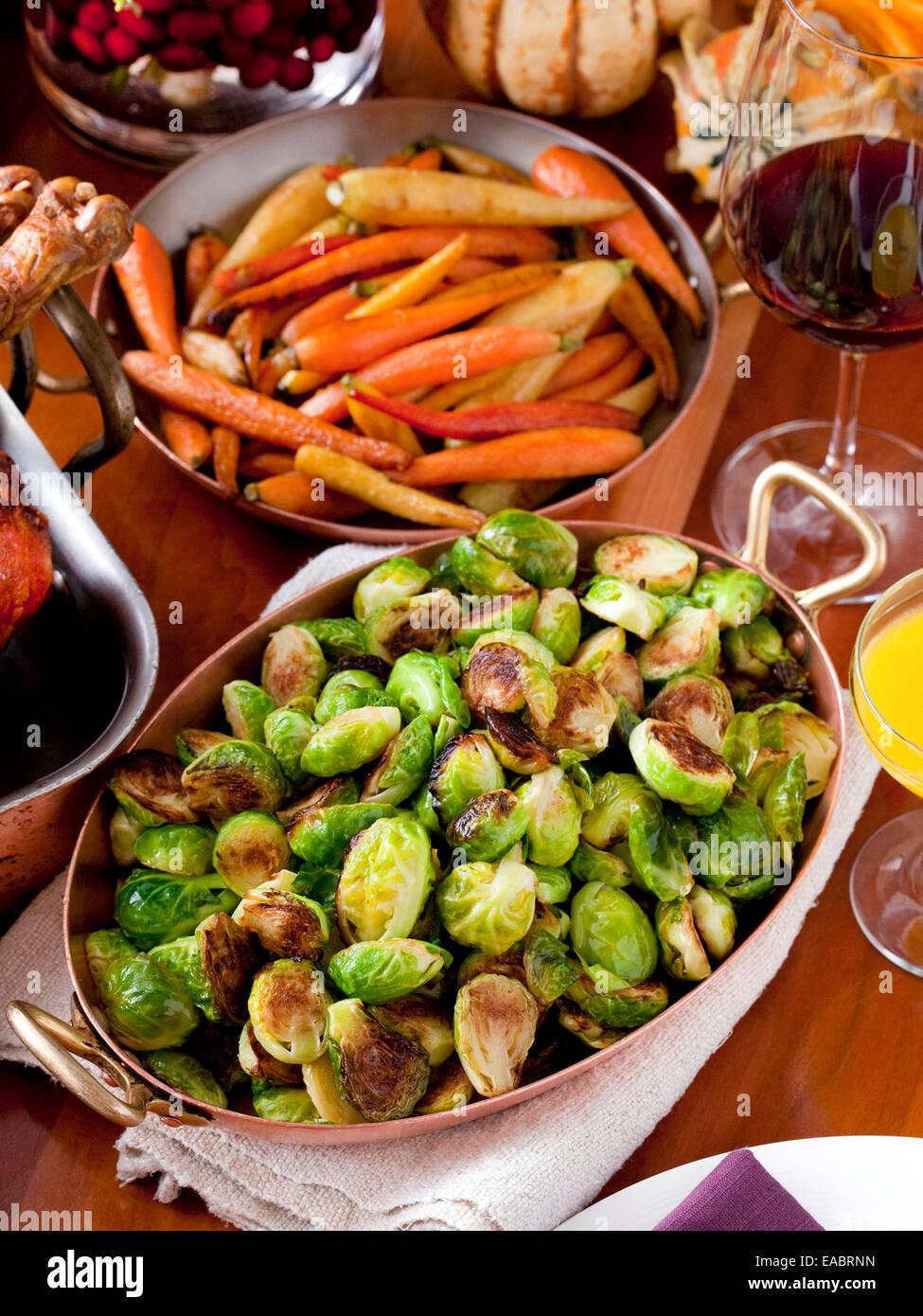Choux de Bruxelles Carottes cuisinées maison de repas de Thanksgiving vin dîner table familiale Photo Stock