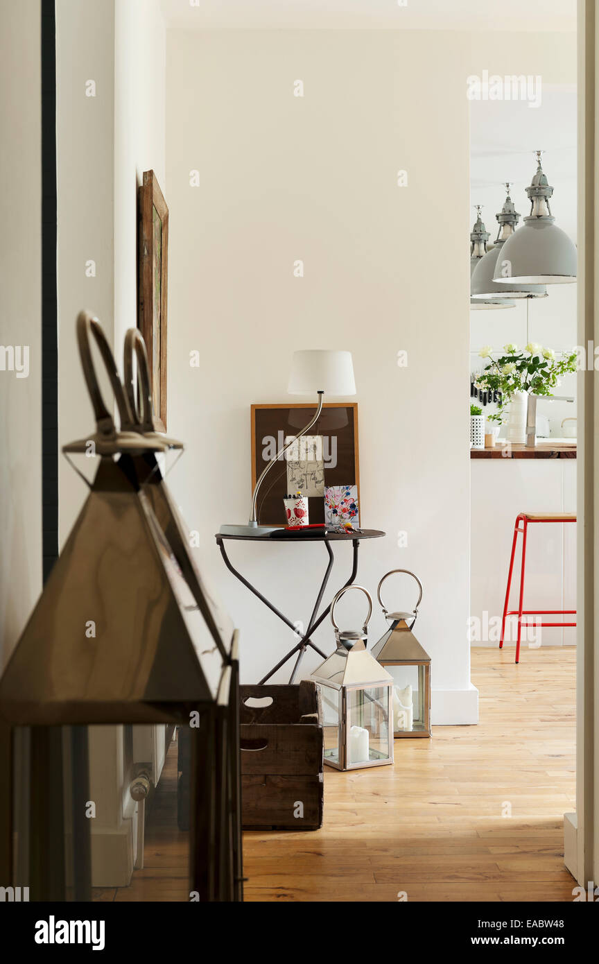 Paire de lampes-tempête en chrome et verre dans le couloir avec les pattes de table côté français Photo Stock