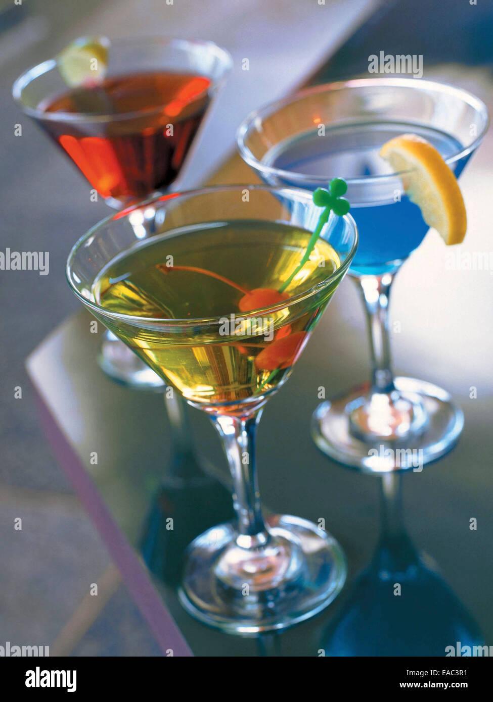 3 martinis colorés sur comptoir bar Photo Stock