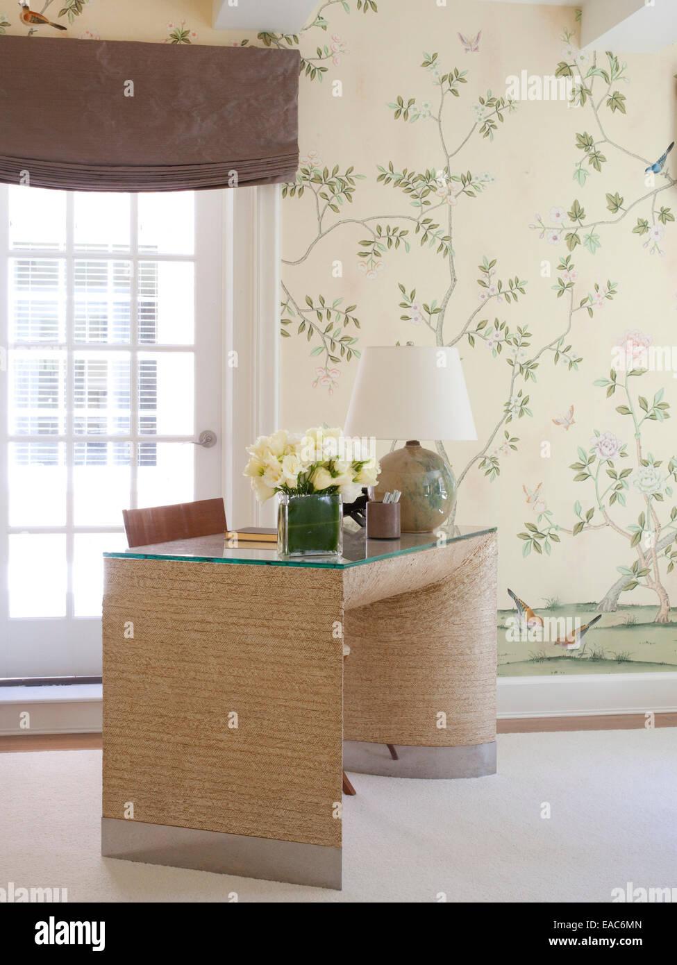 L'étude à la maison avec bureau et des roses blanches Photo Stock