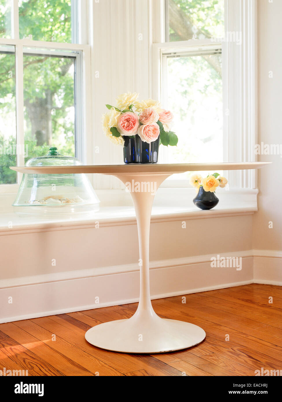 Eero Saarinen table avec des roses Photo Stock