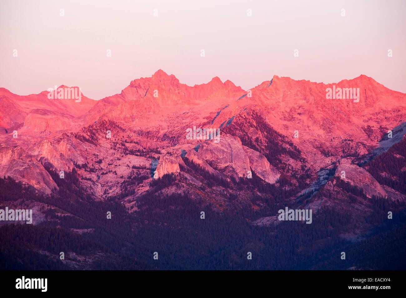 Une chaîne de montagne, vue depuis le sommet d'un affleurement de granite Rock Moro vue dans la Sequoia Photo Stock