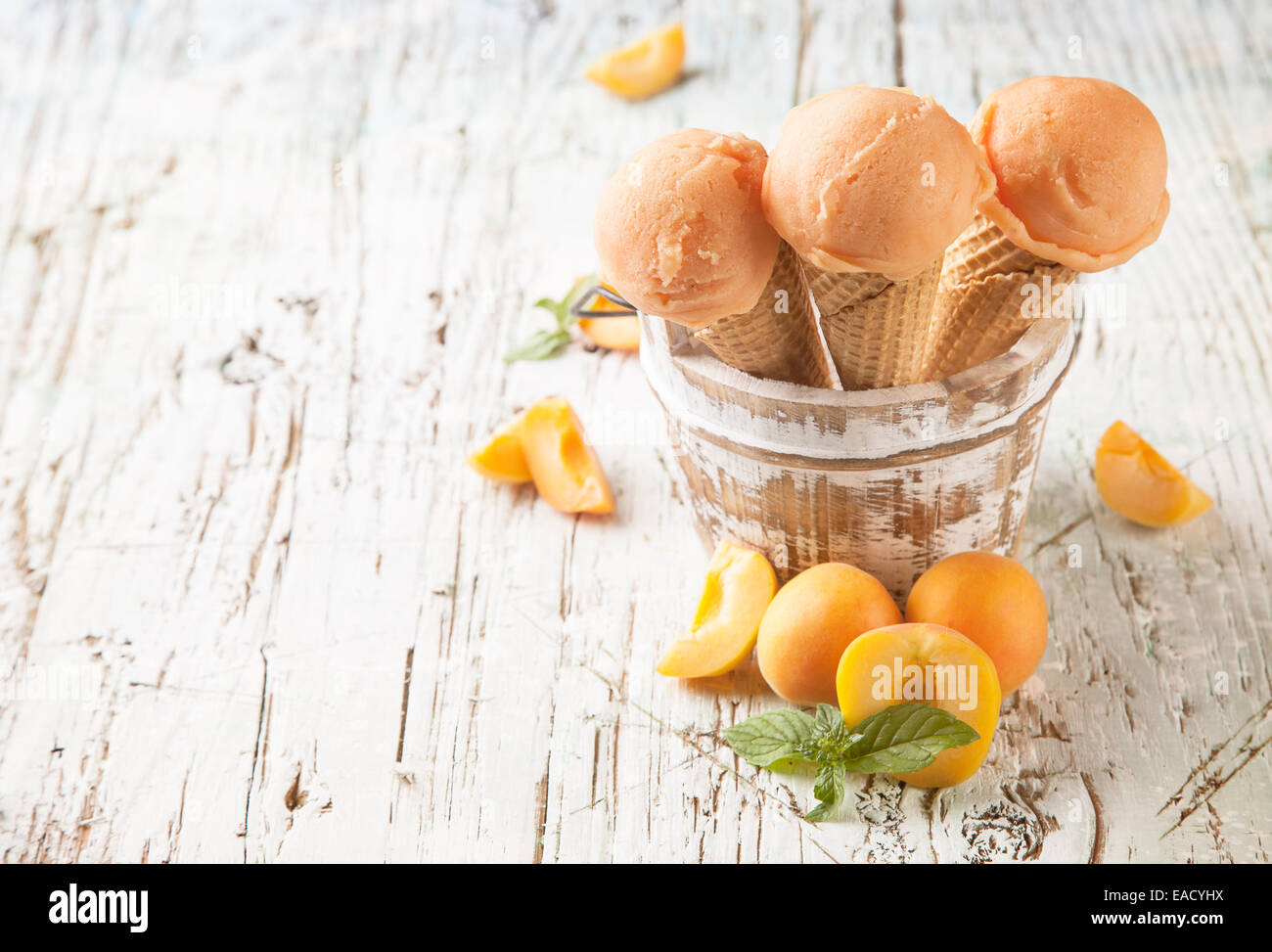 Studio photo de boules de glace dans les cônes alvéolés. Servi sur des planches Photo Stock