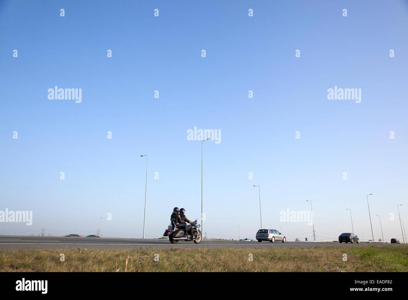 Motos et voitures sur le néerlandais de l'autoroute A2 entre Utrecht et Amsterdam Banque D'Images