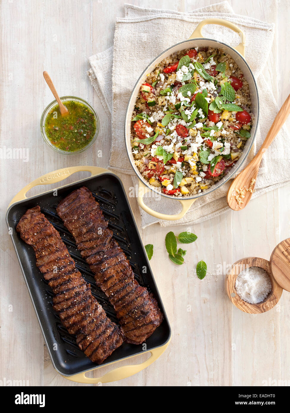 Jupe grillé steak et de couscous sur table Photo Stock