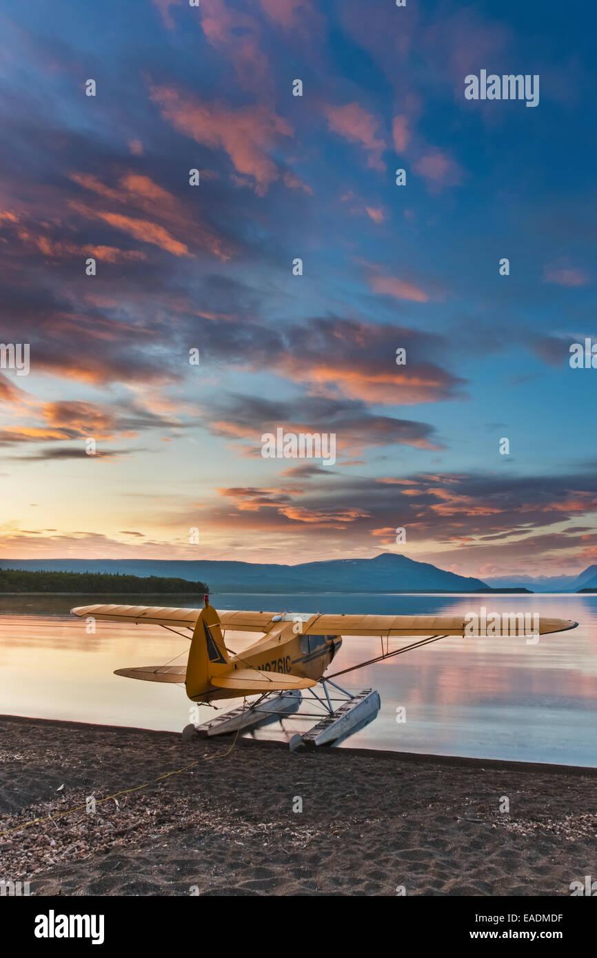 Matin le lever du soleil sur le lac Naknek avec un Super Cub avion de brousse sur flotteurs le long de la rive, Photo Stock