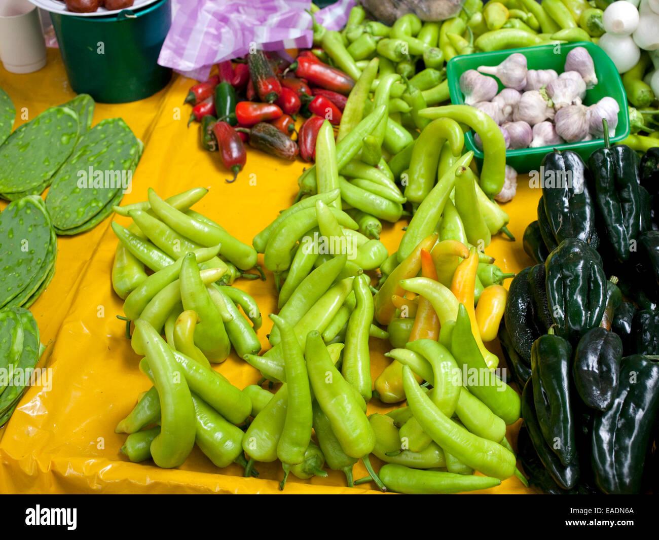 Les poivrons de couleurs vives en place du marché de village mexicain Photo Stock
