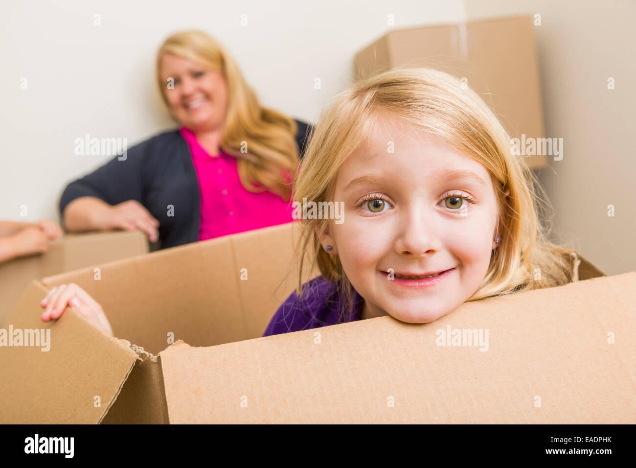 Heureux jeune mère et sa fille s'amusant avec des cartons. Photo Stock