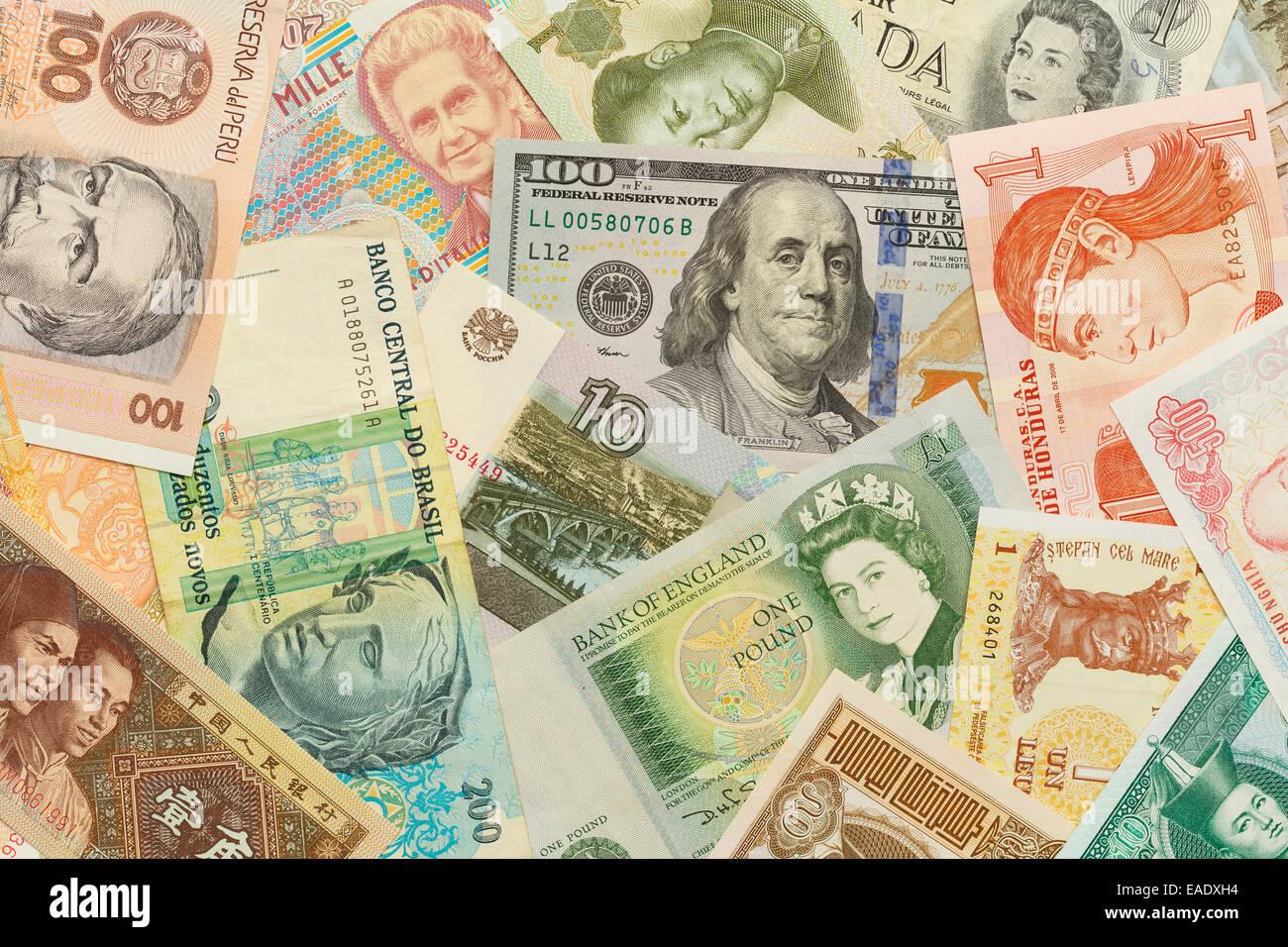 Mélanger l'argent de papier isolé sur fond blanc. Photo Stock