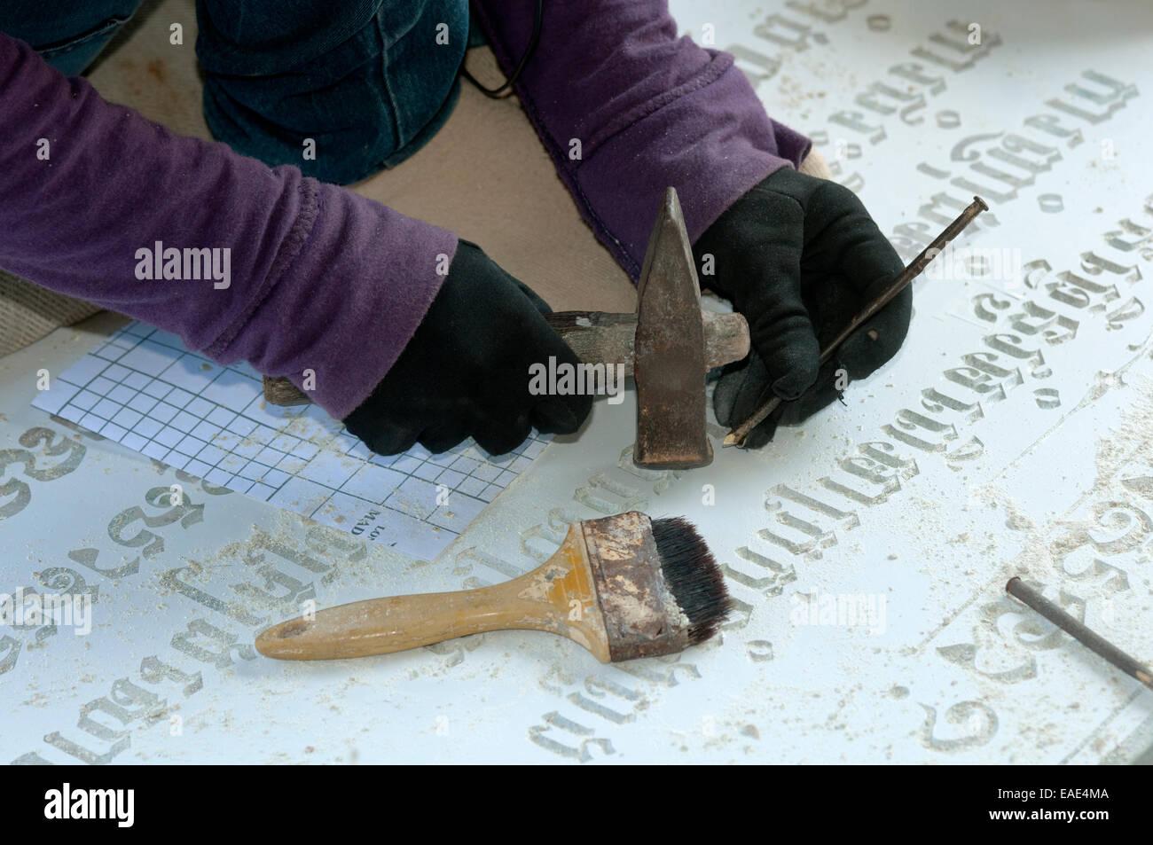 tailleur de la ciselure des caract res khmers dans une pierre tombale dans une usine de taille. Black Bedroom Furniture Sets. Home Design Ideas