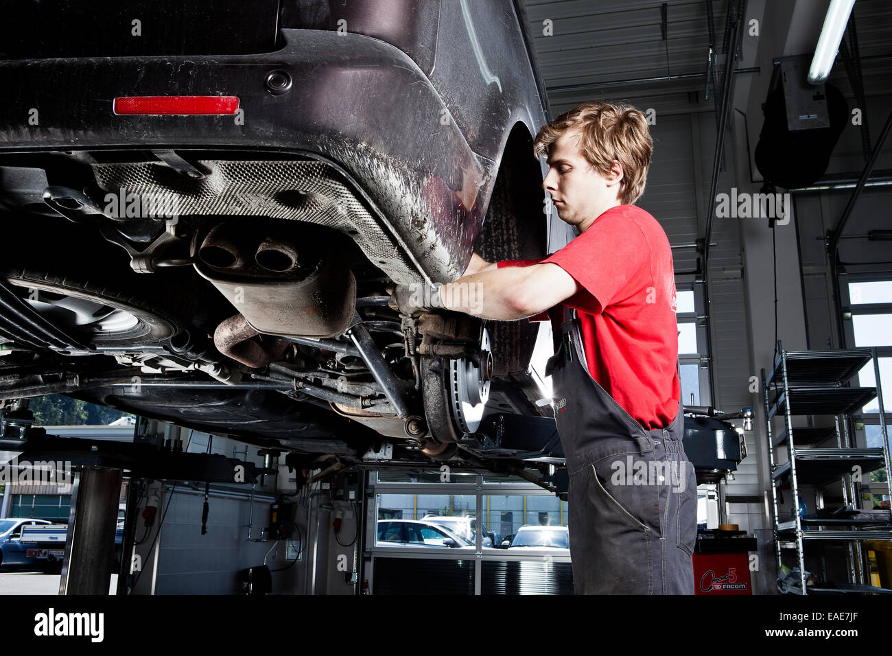 Mécanicien automobile changer les pneus dans un atelier de réparation de voiture, St.Gertraudi, Reith Photo Stock