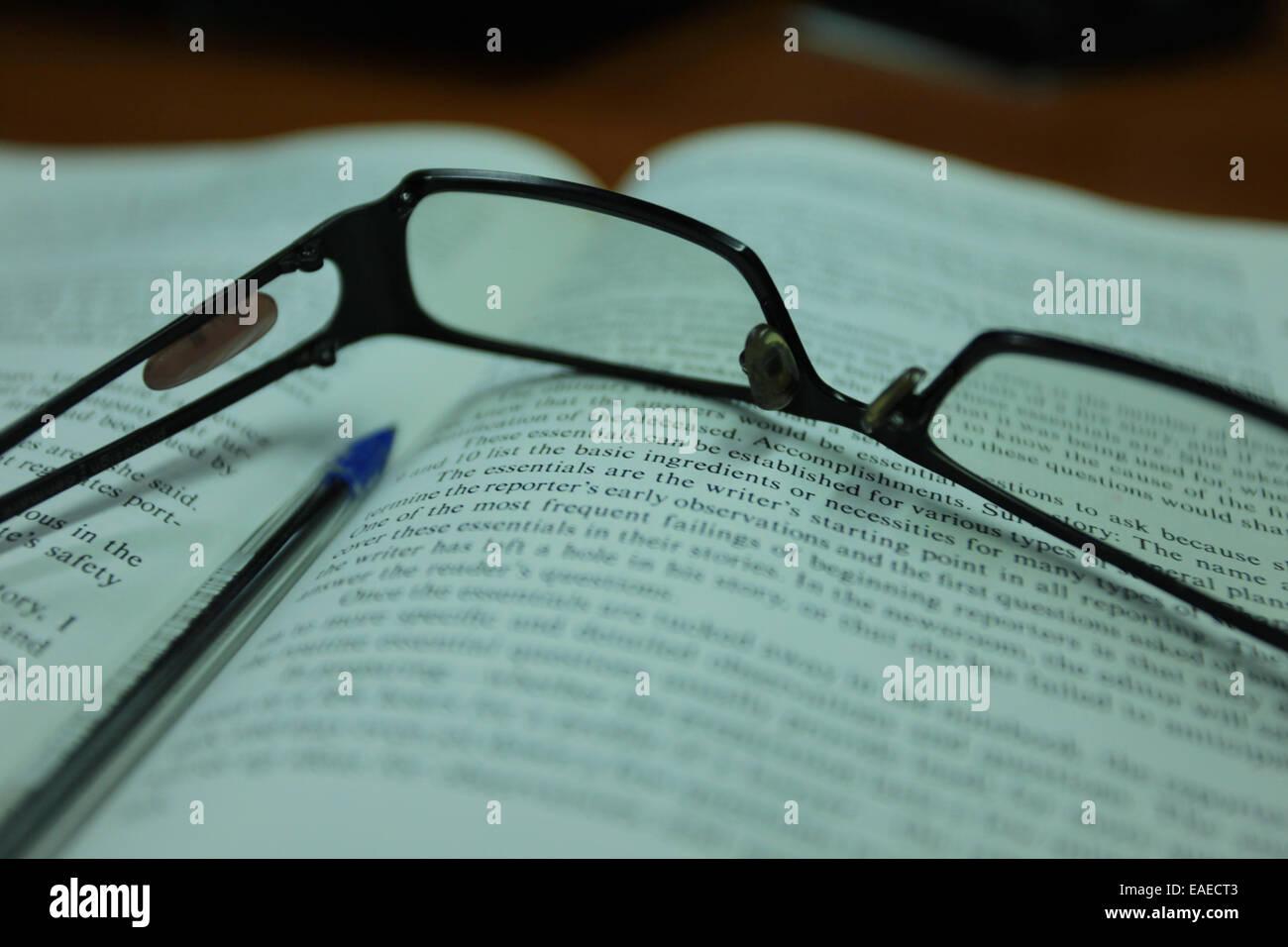 Lunettes de lecture sur un livre ouvert Photo Stock