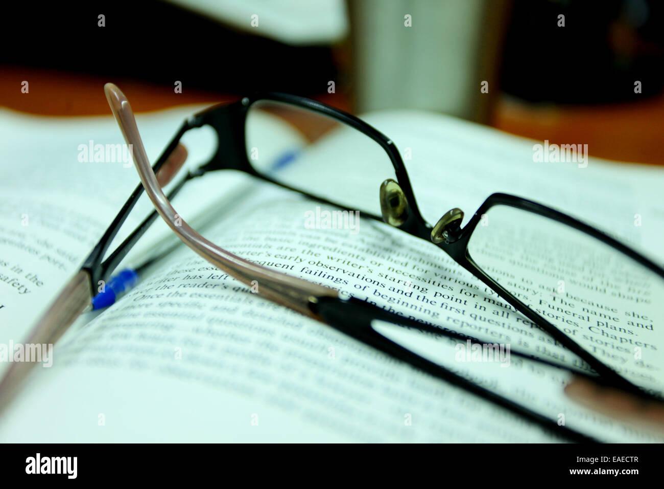 Lunettes de lecture sur un livre Photo Stock