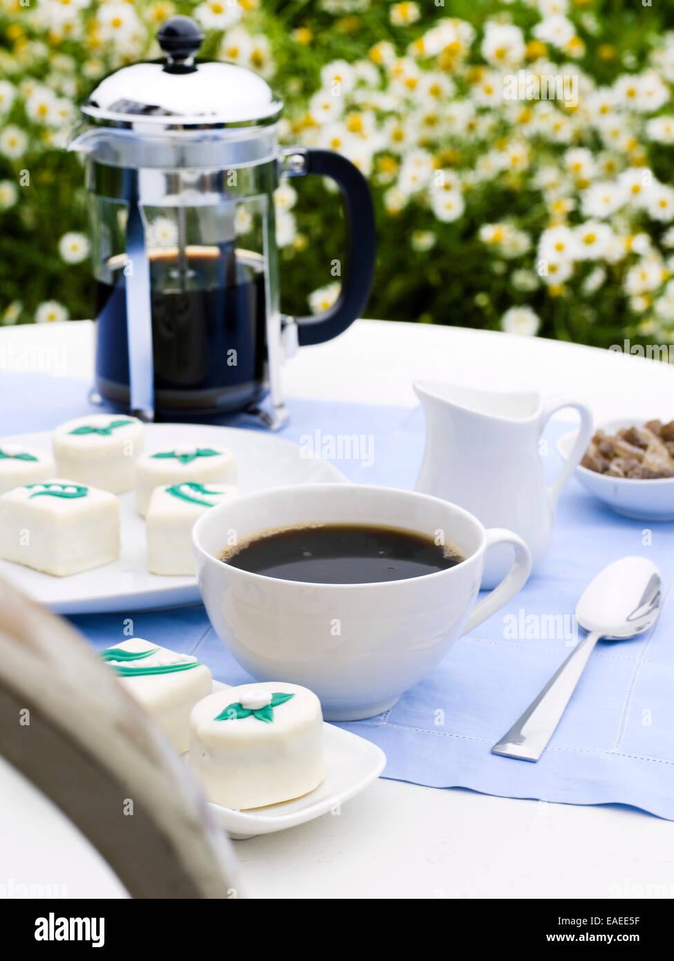 Au service de café et de sucreries, côté jardin Photo Stock