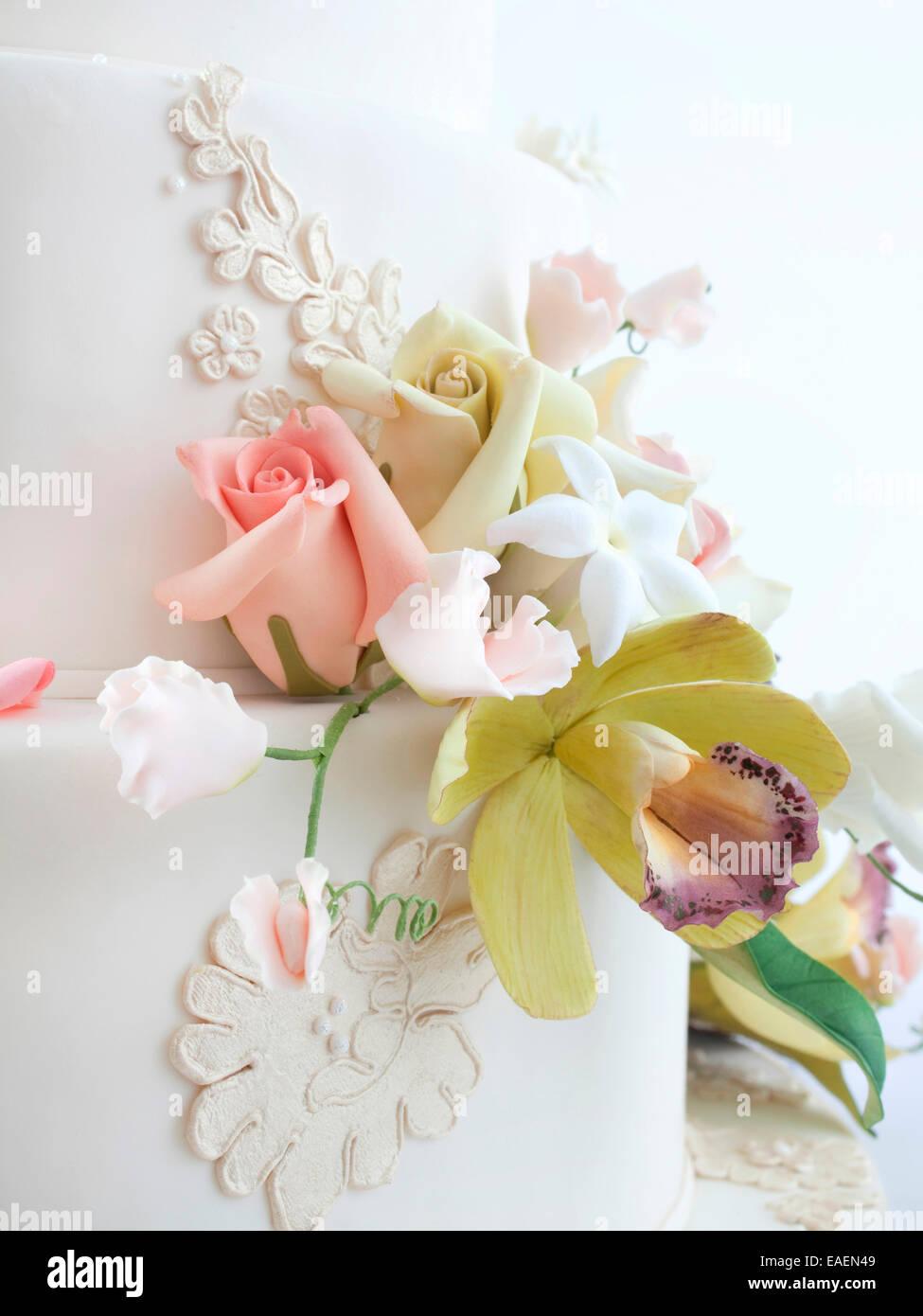 Détail de fleurs comestibles sur gâteau de mariage Photo Stock