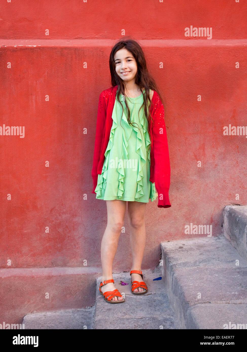 Portrait de jeune fille habillée de couleurs vives Photo Stock