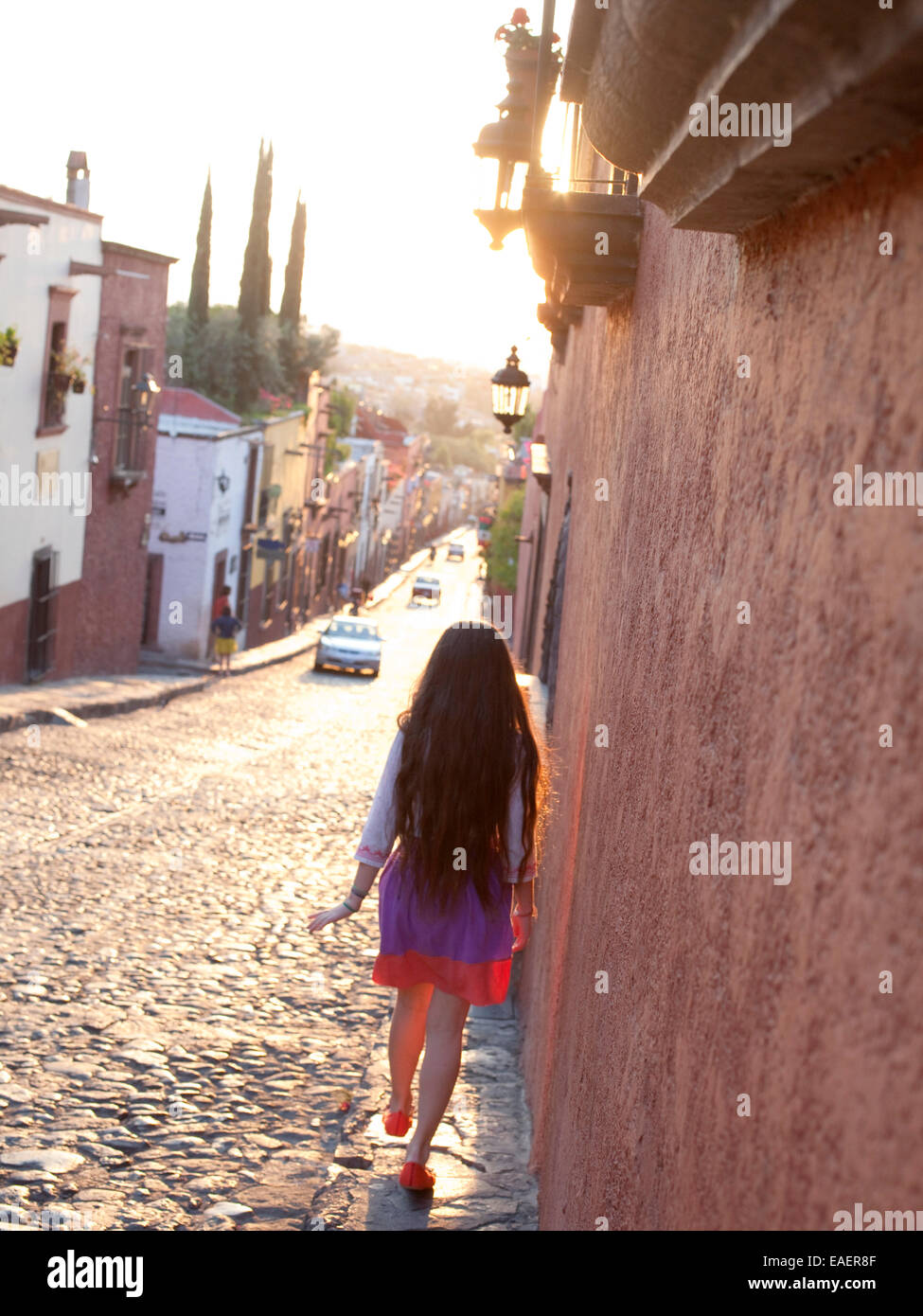 Jeune fille de village mexicain trottoir promenades Photo Stock