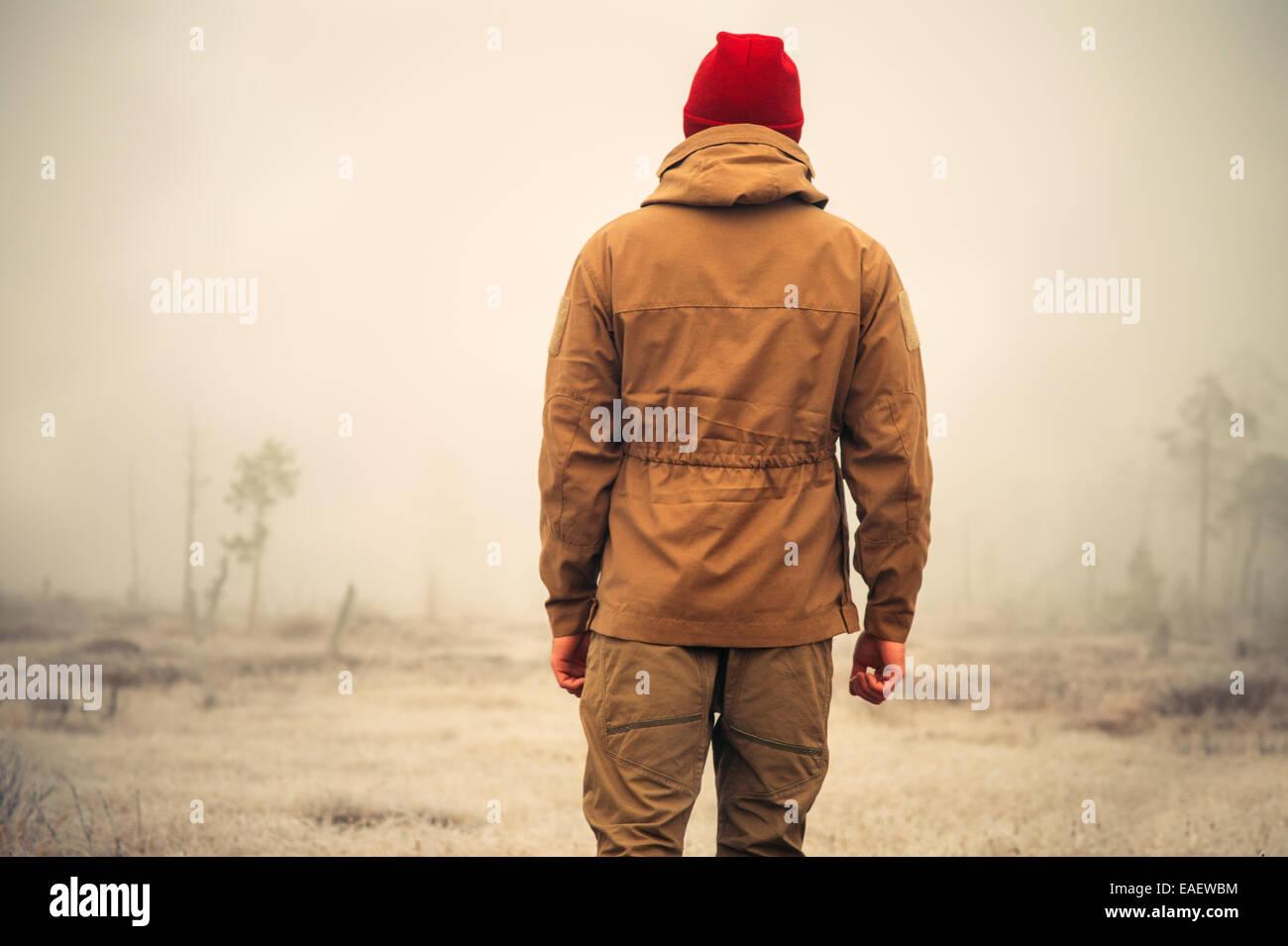 Jeune homme seul) piscine en plein air avec la nature scandinave brumeux sur le contexte de vie de voyage et d'émotions Banque D'Images
