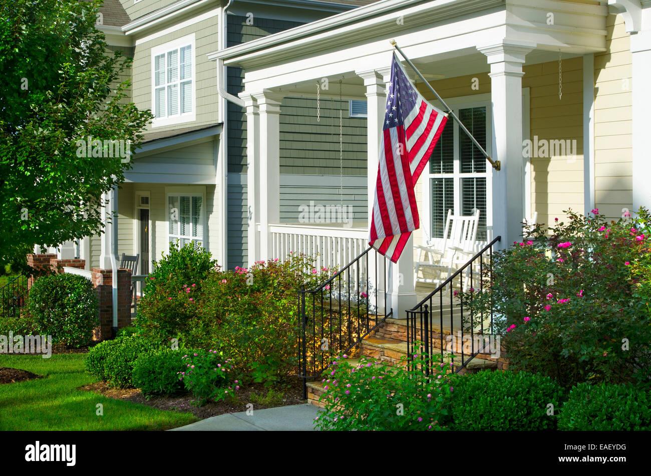 Un Drapeau Americain Est Accroche Un Porche Dans Un Quartier De