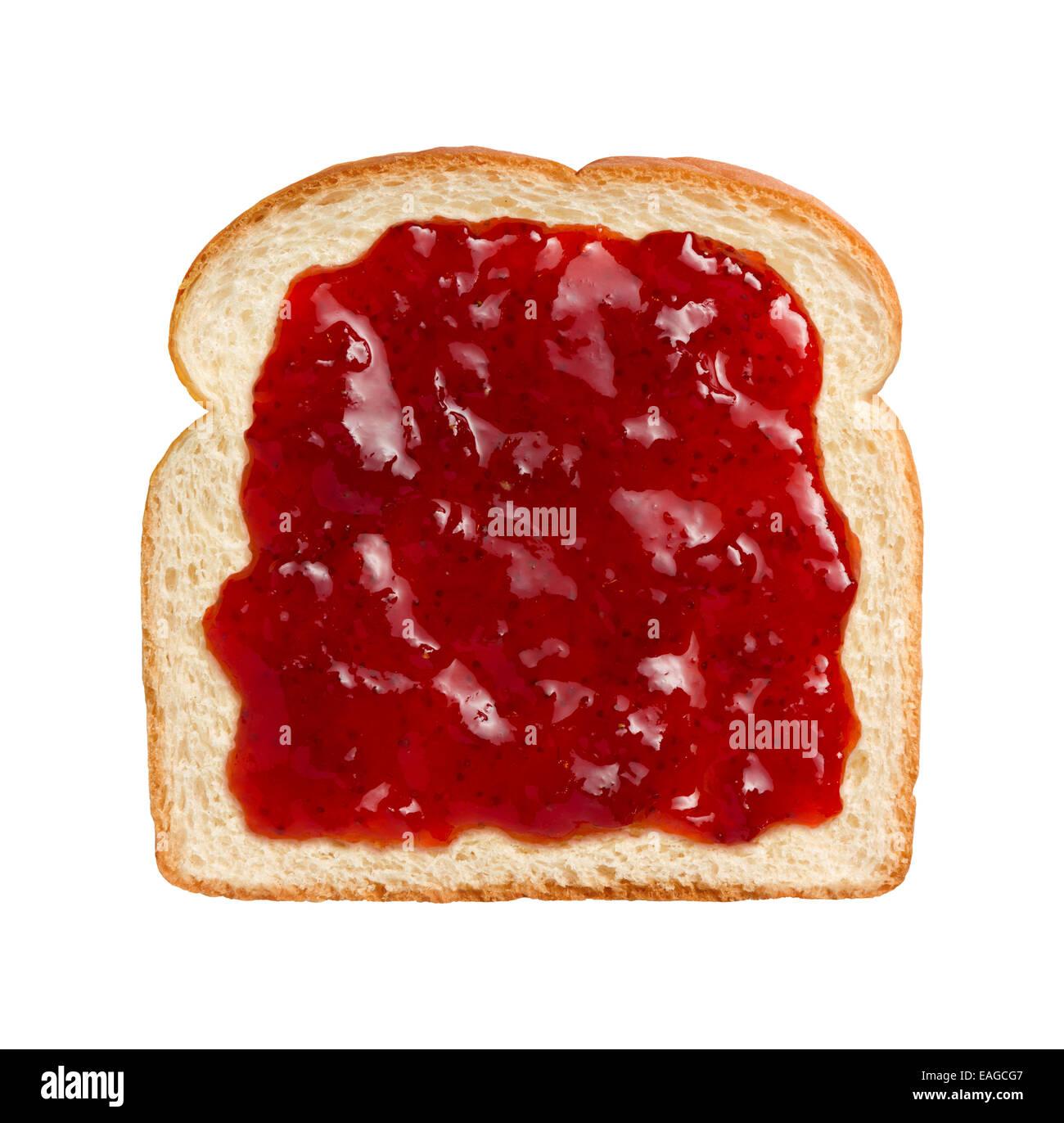 Vue aérienne de fraise rouge vif préserve, étalée sur une tranche de pain blanc. Photo Stock
