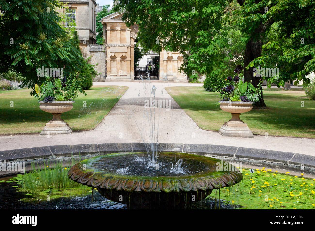 La circulaire d\'un bassin avec jet d\'eau dans les jardins botaniques ...