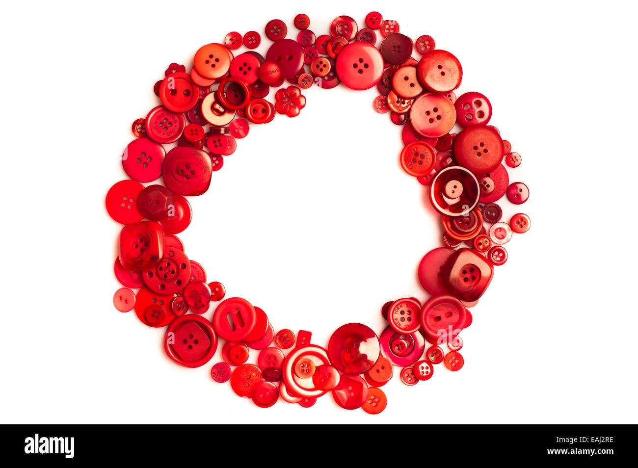 Cercle rouge sur blanc fait avec des boutons Photo Stock