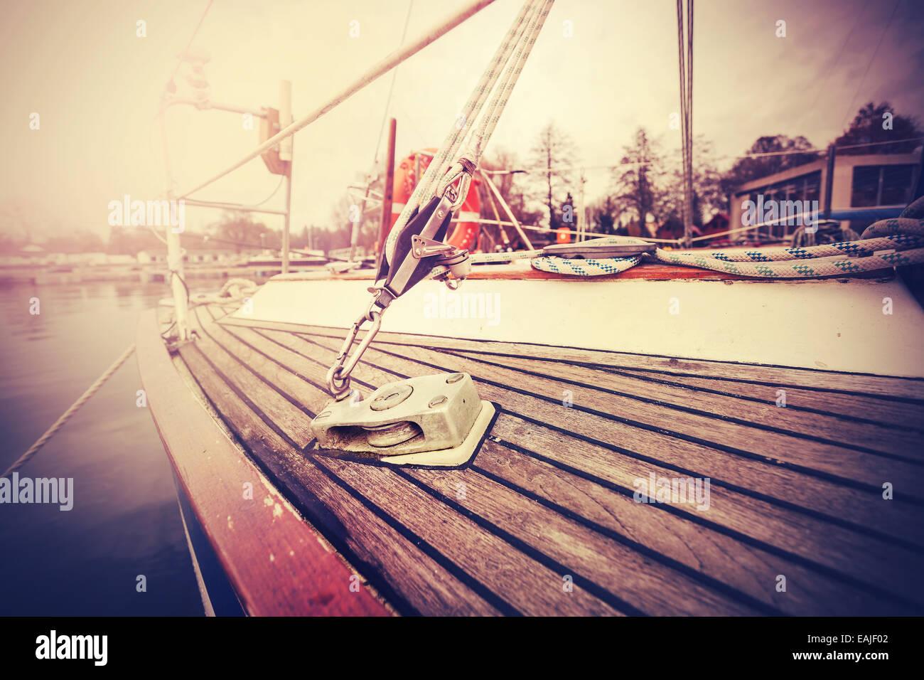 Vintage filtered close up photo de yacht de gréement. Photo Stock