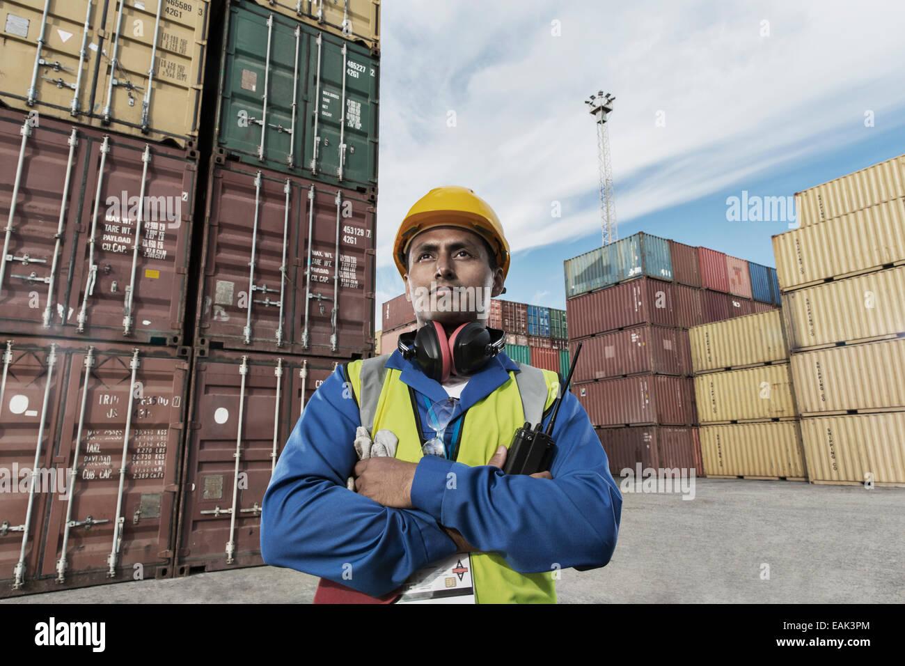 Worker près de conteneurs de fret Photo Stock