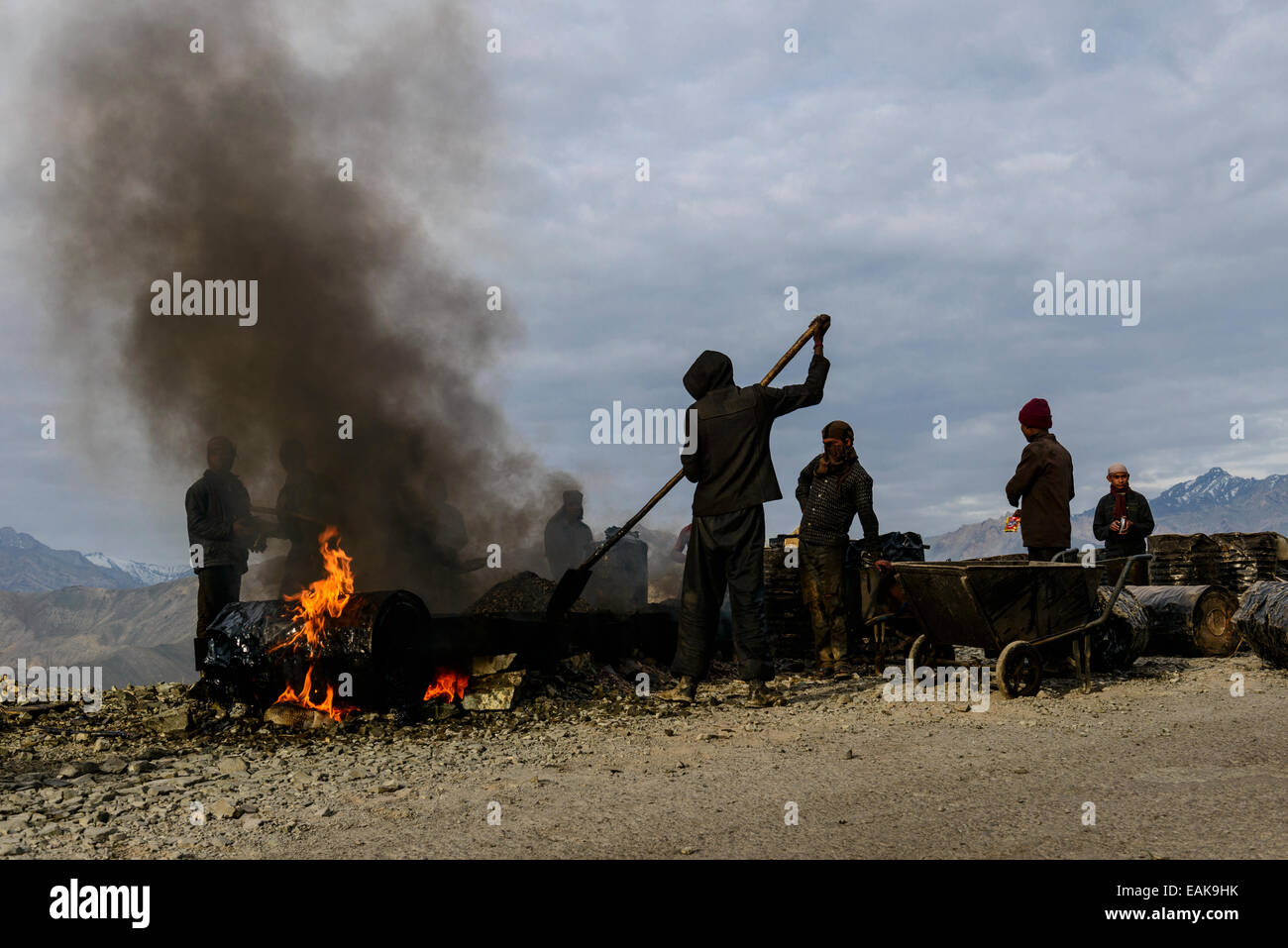 Travaux de construction de routes, fait dans de très mauvaises conditions pour les travailleurs, Leh, Ladakh, Photo Stock