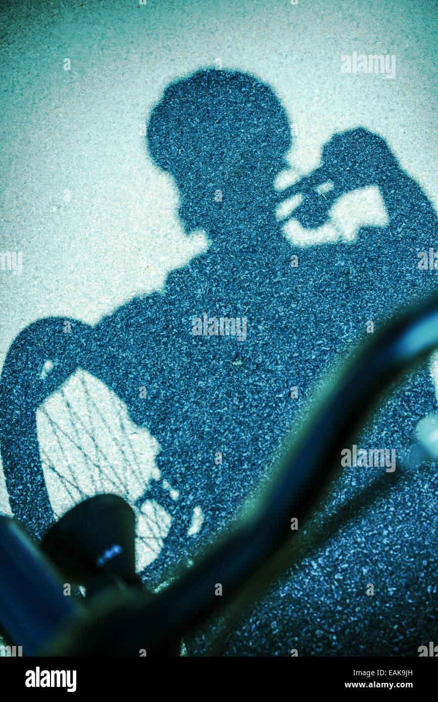 Ombre sur l'homme de la rue de la bicyclette Banque D'Images