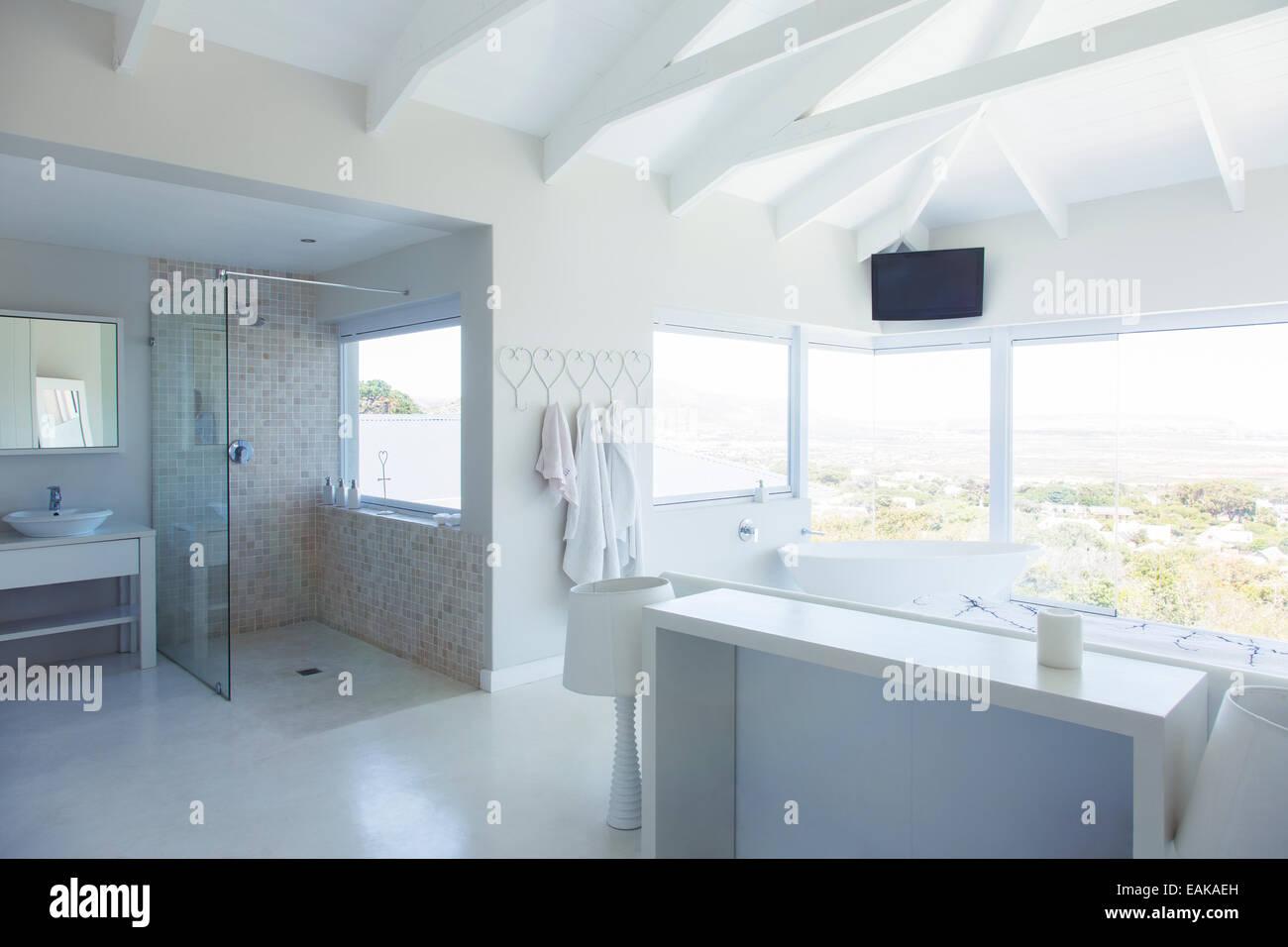 Salon De Bain Moderne salle de bains moderne blanc intérieur avec grande baignoire
