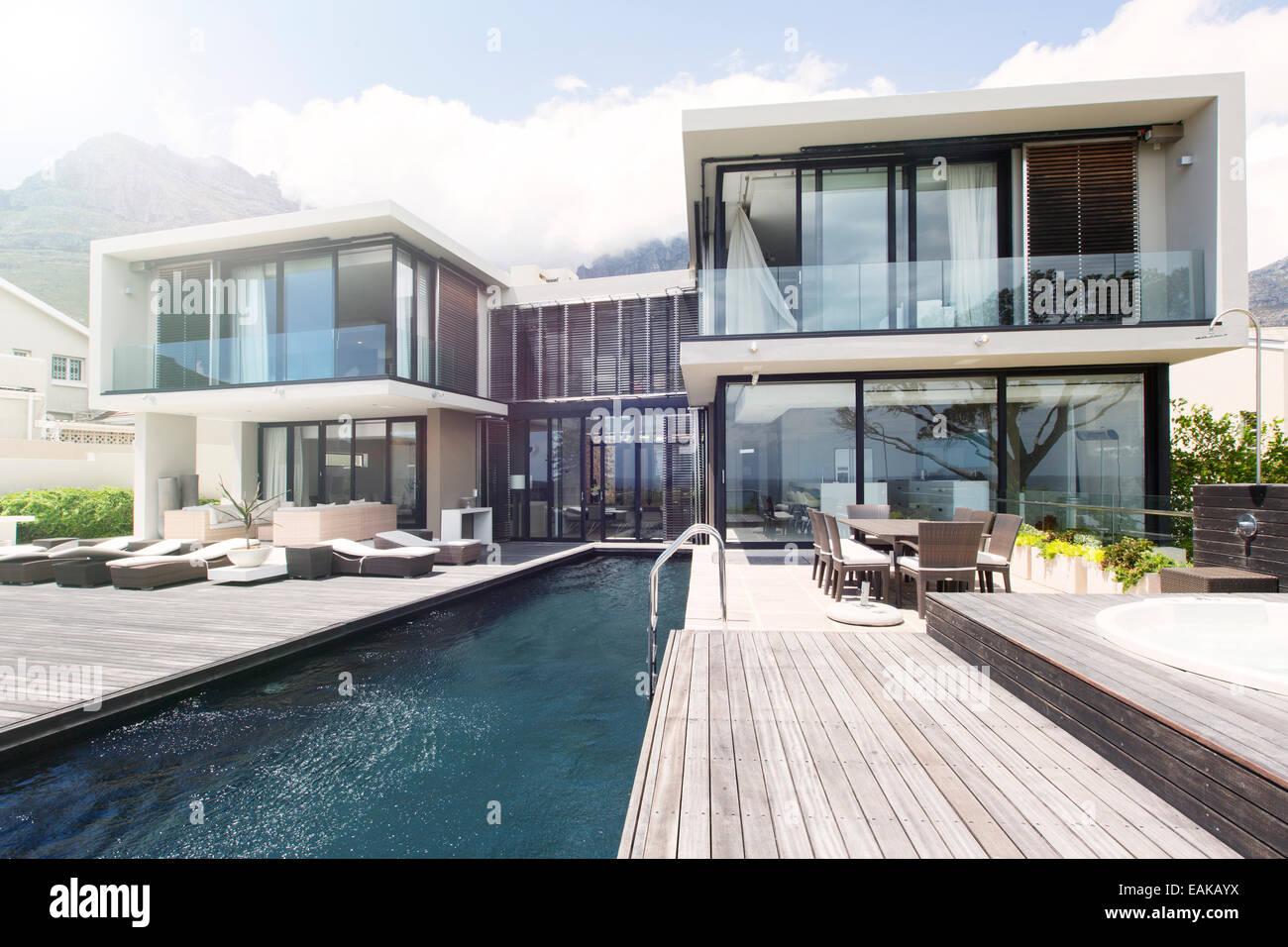 Maison Moderne Avec Grande Terrasse Et Piscine Banque D Images