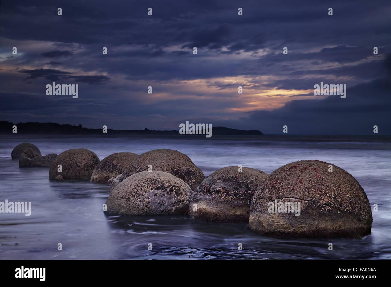 Moeraki Boulders au lever du soleil, île du Sud, Nouvelle-Zélande Photo Stock