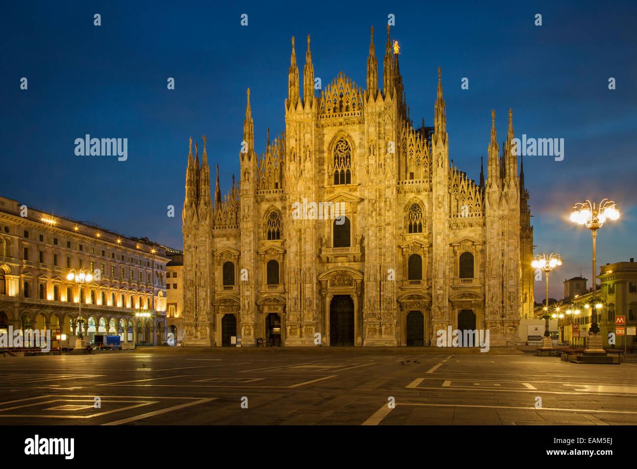 Avant l'aube, la lumière dans la cathédrale de la piazza del Duomo, milan, Lombardie, Italie Photo Stock