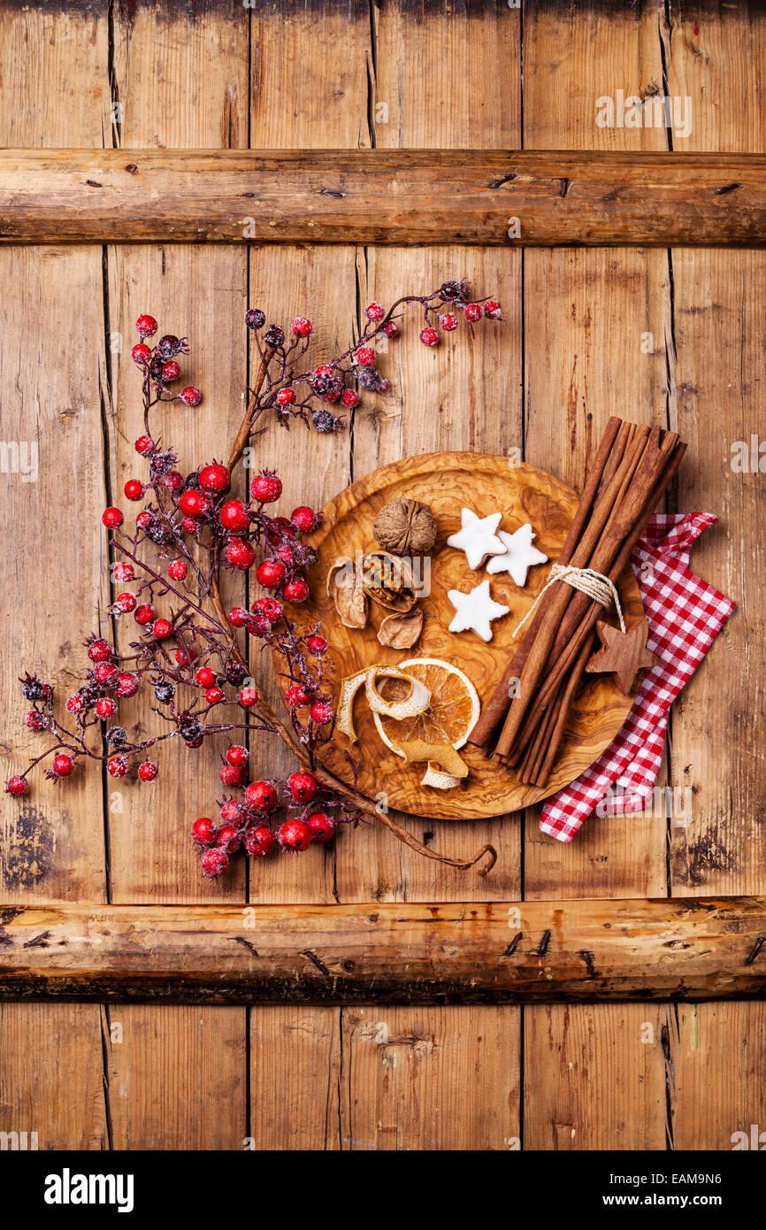 Les cookies de Noël, noix, écorce d'orange séchée, des bâtons de cannelle et de la Photo Stock