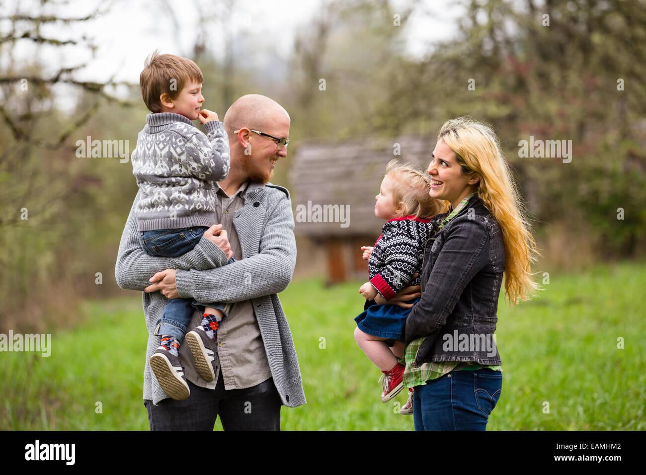 Portrait de vie d'une famille de quatre dont une mère, père, fils, et sa fille l'interaction montrant Photo Stock
