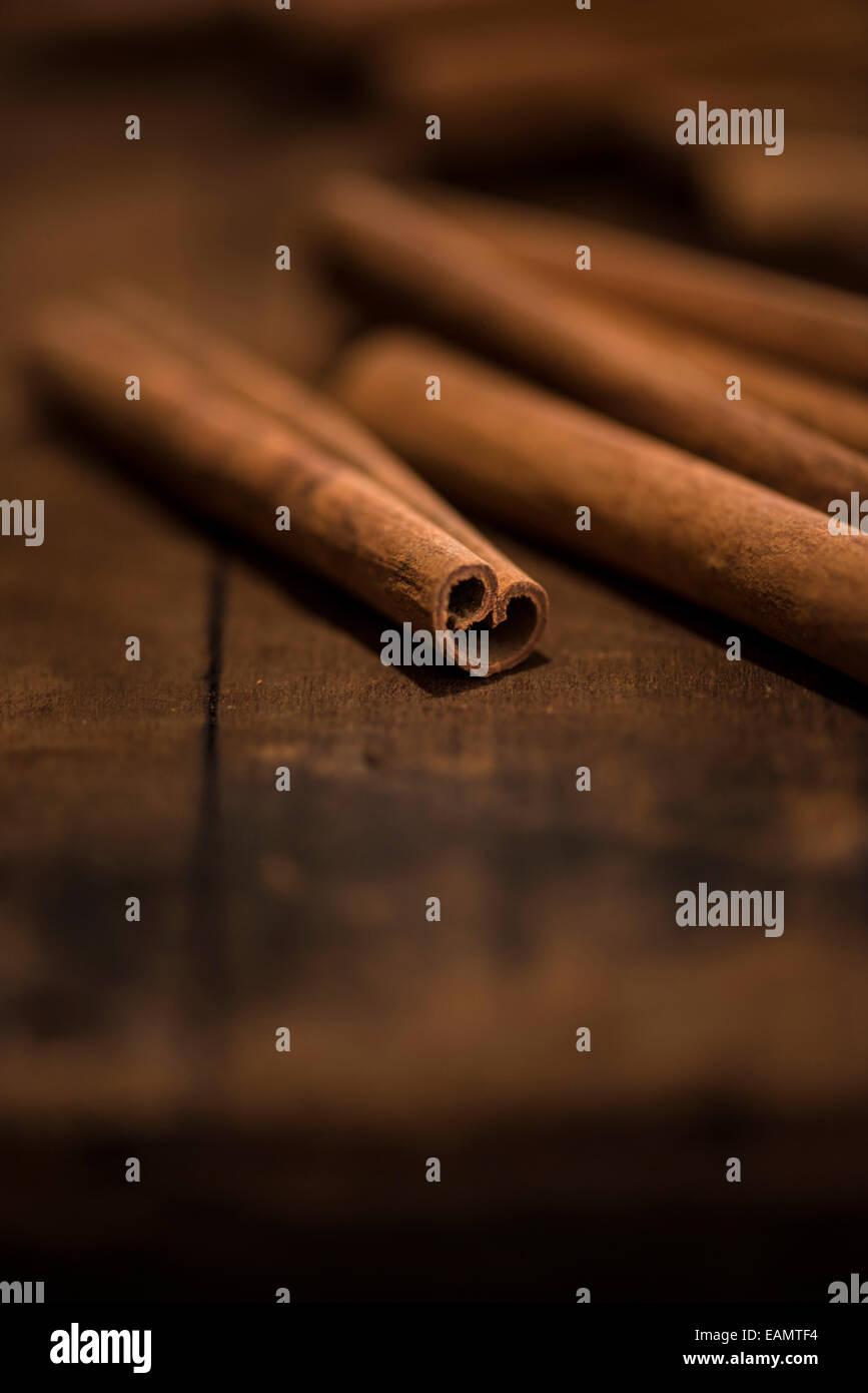 Ensemble de bâtons de cannelle sur une surface en bois rustique. Photo Stock