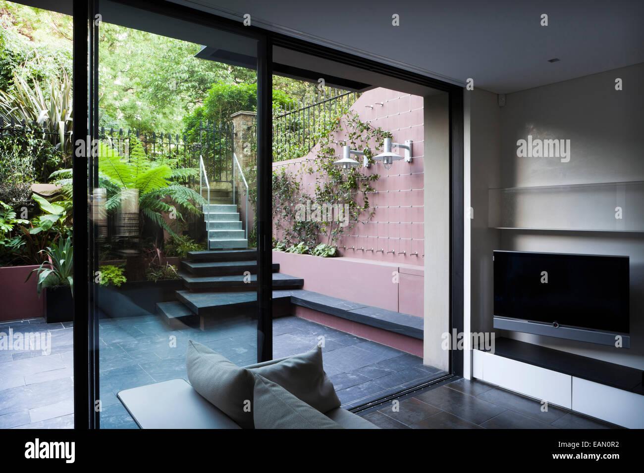 Vue du salon de jardin en terrasse au sous-sol, Londres Banque D ...