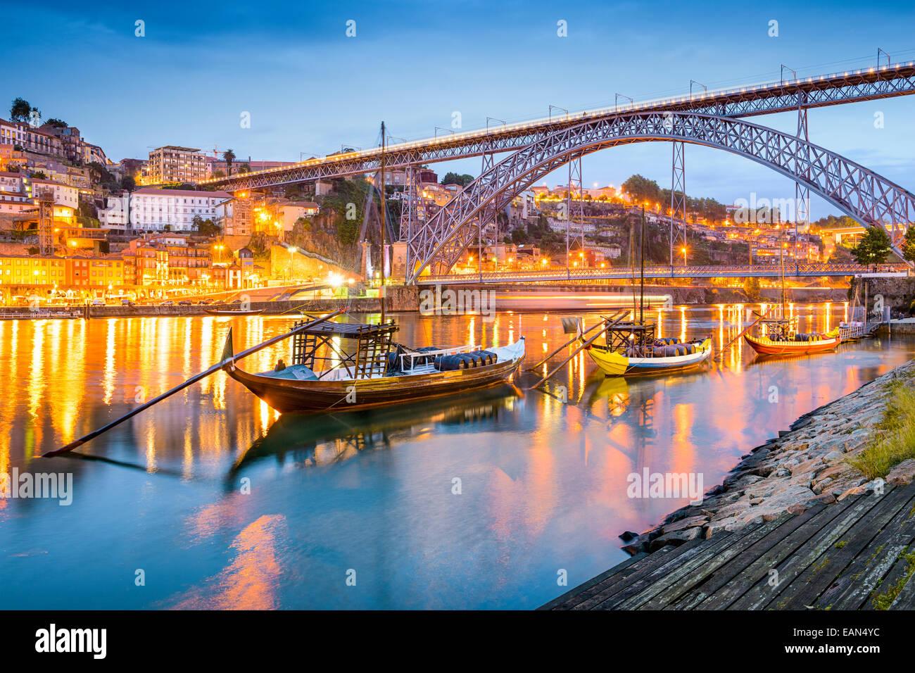 Porto, Portugal cityscape sur le fleuve Douro. Photo Stock