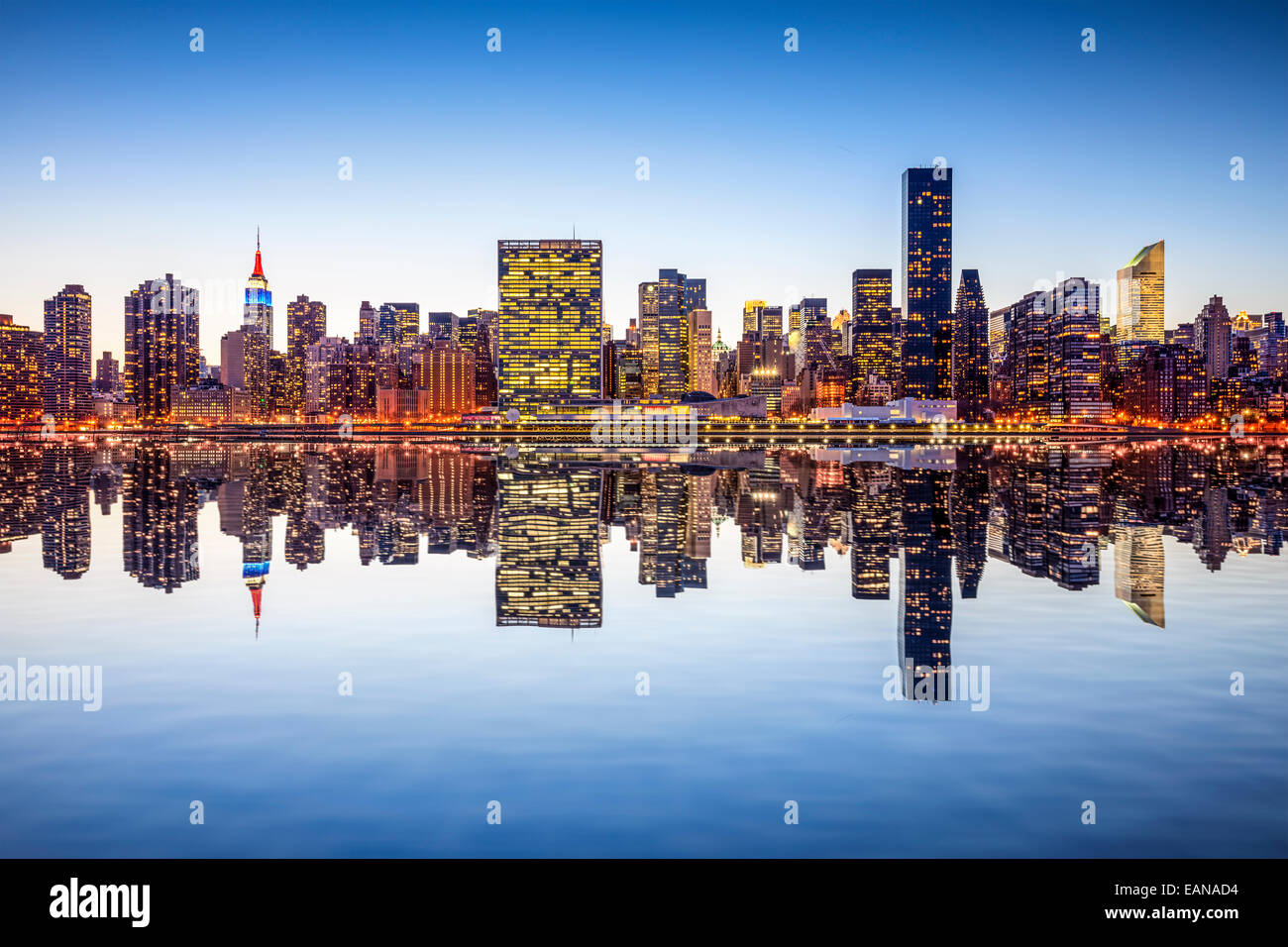 La ville de New York, USA city skyline de Manhattan à partir de l'autre côté de l'East River. Photo Stock